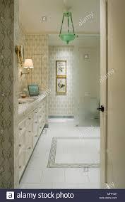Blick Durch Die Offene Tür Zu Traditionellen Stil Badezimmer Mit