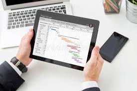 Бизнесмен смотря планово контрольный график на планшете Стоковое   Бизнесмен смотря планово контрольный график на планшете Стоковое Изображение изображение 86082507