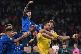 كرة القدم قادمة (إلى) روما وإيطاليا تفوز بكأس الأمم الأوروبية 2020 بعد  فوزها على إنجلترا بركلات الترجيح