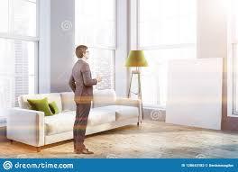 Witte Laag En Lamp In Woonkamer Affiche Mens Stock Foto