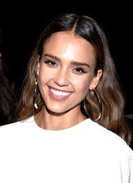 jessica alba s makeup artist daniel martin shows us how to recreate her desk to date night look