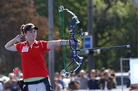 archer erika jones shooting a compound bow