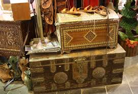 traditional qatari dress can also be bought at the souq for men they thobes and accessories including the ghutra the cloth worn on the head and the