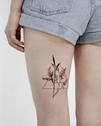 татуировка для девушки на ноге татуировка ботаника и геометрия