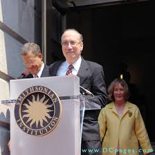 grand opening ceremony f street entrance national portrait gallery director marc pachter weles the public to reynolds center