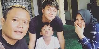Ia pun mengunggah foto masa kecilnya yang bikin banyak netizen salah fokus. Sule Beberkan Masa Kecil Rizky Febian Sering Nangis Gara Gara Hal Ini Diadona Id