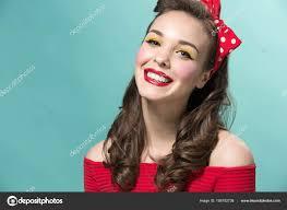 Krásná Mladá žena S Pinup Make Up A účes Studio Záběr Na Bílém