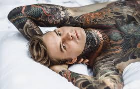 обои глаза взгляд кровать тату татуировки Man Tattoo блондин
