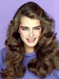Концы волос и боковые пряди обычно завивались наружу, что, кстати, актуально и для сегодняшней моды, или же вовнутрь. Zhenskie Pricheski V Stile 80 H Godov Obo Vsyom Yandeks Dzen