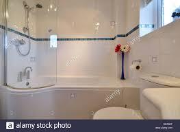 Kleines Bad Mit Badewanne Und Geschwungene Dusche Bildschirm