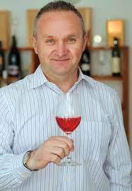 Portretele vinului: Valeriu V. Cotea sau cum se impleteşte invaţatura cu  vinul - Vinul.ro