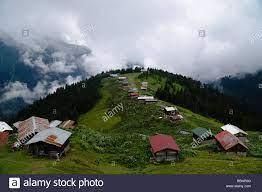 Berge, Wolken und Wälder mit Hütten im Pokut Plateau in Rize, Türkei  Stockfotografie - Alamy