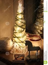 Albero di natale e decorazioni con le candele fotografia stock