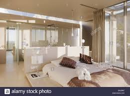 Bett Und Badezimmer Im Modernen Schlafzimmer Stockfoto Bild