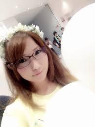 眼鏡をかけている内田彩