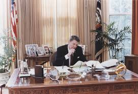 filethe reagan library oval office. File:Photograph Of President Reagan Working At His Oval Office Desk - NARA 198526 Filethe Library A
