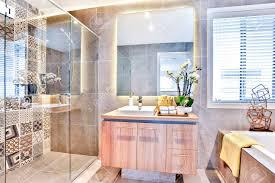 Luxus Badezimmer Mit Waschplatz Und Dusche Neben Einem Spiegel Und