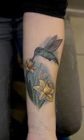 фото тату колибри над желтыми цветами татуировки и эскизы колибри