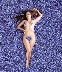 Photo Naked girl in flowers