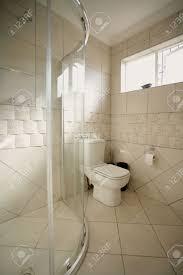 Ein Innenraum Eines Beige Und Weiß Badezimmer Zeigt Eine Toilette