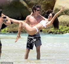 激しく絡みついてキス…!?】アレッサンドラ・アンブロジオがイケメンマッチョ恋人とブラジルのビーチで大はしゃぎ!Alessandra Ambrosio  and Nicolo Oddi on the beach in Brazil : マリポサのセレブリティー GOSSIP