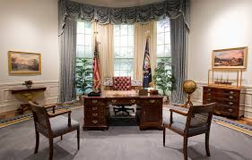 the oval office desk. A Replica Of The Desk In G. H. W. Bush Library. (Photo: George  Presidential Library And Museum/CC BY 2.0) Oval Office R
