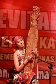 Bermain musik sembari menunjukkan kekayaan instrumen nusantara. Gadis Dayak Mainkan Alat Musik Tradisional Sape Foto 14 1710648 Tribunnews Com Mobile