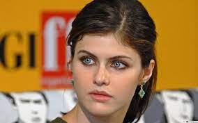 Einfache Schönheit und verzauberte blaue Augen Alexandra Daddario HD  Hintergrundbilder herunterladen