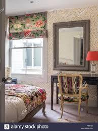 Vintage Stoffen Und Upcycled Stuhl Im Schlafzimmer Von Richmond Home