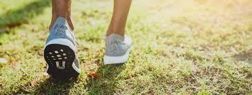 close-up van het lopen van voeten op gras 1226715 Stockfoto
