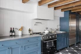 edelstahl arbeitsplatte waschbecken gelbe küchenschränke hängelampen