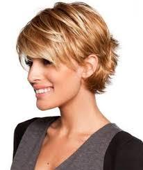 قص الشعر على الشعر القصير وإعطاء حجم حلاقة المرأة الأنيقة