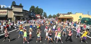 Flash mob' dances on Cascade Avenue during Quilt Show - Nugget ... & Dancers entertained the big crowd on Cascade Avenue during Saturday's  Sisters Outdoor Quilt Show. photo Adamdwight.com