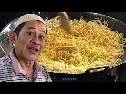 Setelah terbit minyak, barulah dimasukkan air dan semua bahan sos serta udang. Going Insane Over Mee Bodoh Hasan Youtube