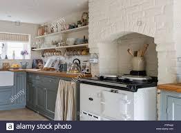 Weiß Getünchte Küche Mit Geschirr Auf Offene Regale Und Grau