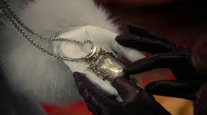 glinda hands zelena s pendant 3x20 kansas once upon a