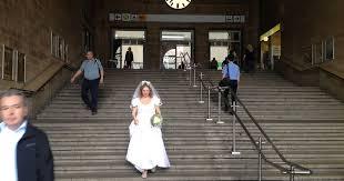 Ideal für frauen die ca. Brautkleid Bleibt Brautkleid Featuring Frau Auge Klassisch Braut Auf Treppe