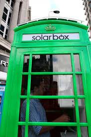 Londra le cabine telefoniche diventano green e ricaricano i