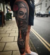 фото крутой татуировки в готическом стиле на ноге парня фото