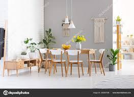 Weiße Stühle Holztisch Mit Gelben Blüten Esszimmer Innenraum