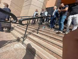 لحظة خروج مرتضى منصور من مجلس الدولة بعد تأجيل طعنه لتجميد مجلس الزمالك
