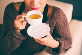 Studies have found that the effects of a cup of coffee or a glass of cola are noticeable after just 10 minutes, but the peak caffeine concentration in the blood occurs after 45 minutes. Coffee Vs Tea What Happens When You Switch The Healthy