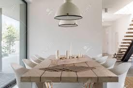 Kamer Met Houten Eettafel Witte Stoelen En Industriële Lamp Royalty