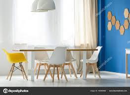 Skandinavische Weiße Und Gelbe Stühle Stockfoto Photographeeeu