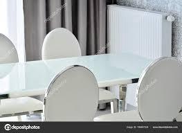 Glas Tisch Und Weiße Moderne Stühle Esszimmer Interieur