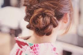 くるりんぱと三つ編みでお花のようなヘアスタイルの画像おしゃれな