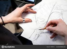 фотографии девушек с тату девушка татуировка художник рисует эскиз