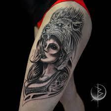 Chicano девушка со львом женское черно серое тату на бедре сделать