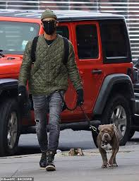 A new york couple's difficulty conceiving steers them to a top reproductive specialist, played by pierce. Justin Theroux Sticks To Signature Style Of Beanie Quilted Jacket And Ripped Jeans To Walk His Pup Readsector Female