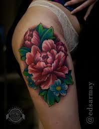 хризантема на бедре у девушки фото татуировок